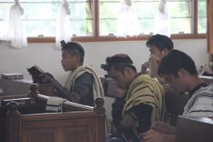 Uomini Bnei Menashe indossano i Tefillin durante le preghiere in India